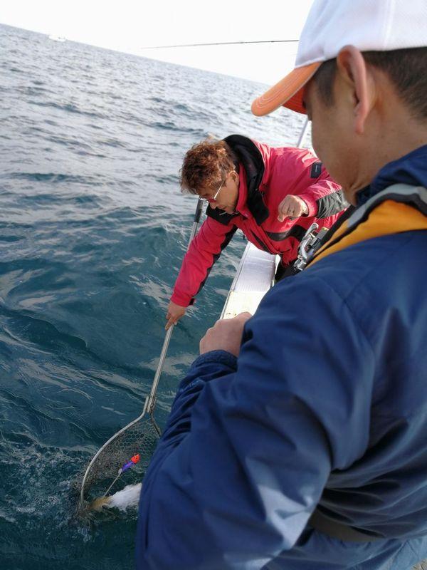 触手1本のみで掛かっているため、船長が慎重にランディング