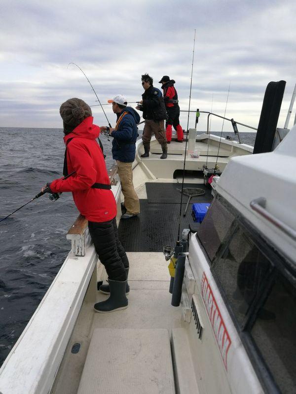 ティップランは、片舷に集まってのドテラ流しのスタイルで釣ります